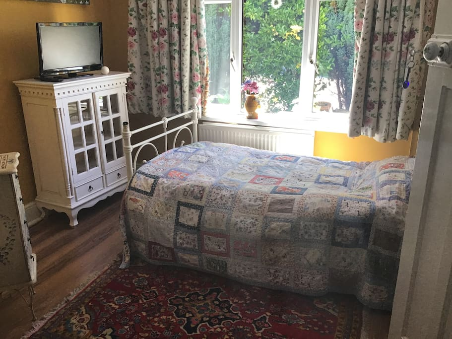 Single room with ensuite coffee and tea provided.  Guest have their own fridge. Cereal and yogurt provided for breakfast no extra charge.  Off road parking.  Lock up for bicycles.   I have a bicycle that guest can borrow.   No.51 bus every hour.