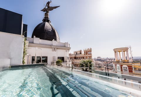 Luxury apartment on Gran Via with pool and gym!