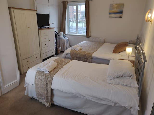 En-suite twin room in Castle Donington (bedroom 1)