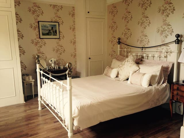 Double ensuite room in Large B&B farmhouse