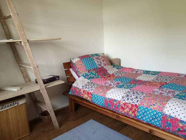 £=WOW! -Madeley, near Keele, M6 J15, A-Ladder Room - Madeley