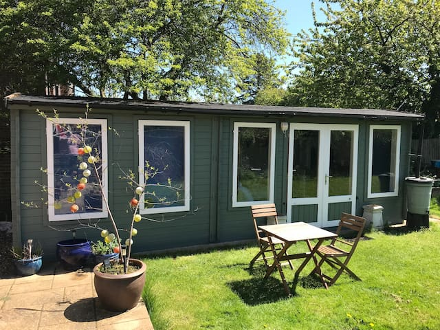 Private heated annex. 15mins to UEA/City. Sleeps 4