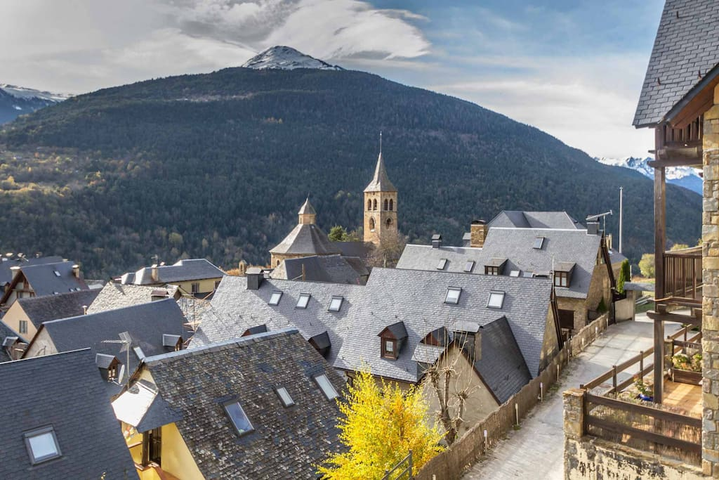 Desde el balcón del apartamento hacia el oeste, se ve la iglesia de Sant Felix de  Vilac del s. XII y la montaña de Montcorbision  2175 metros de altura,