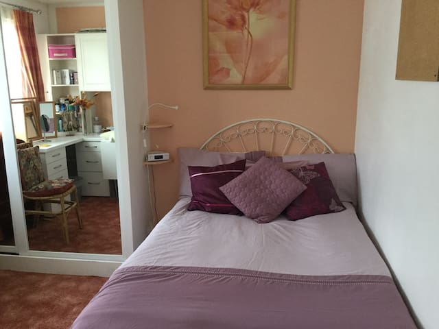 Lovely double room in Oakwood, North London