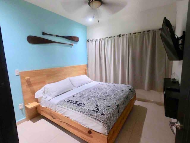 Recamara 3, decorada con unos remos, cómoda cama.