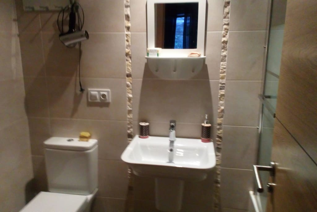 Baño privado dentro de la habitación matrimonial. Con bañera.