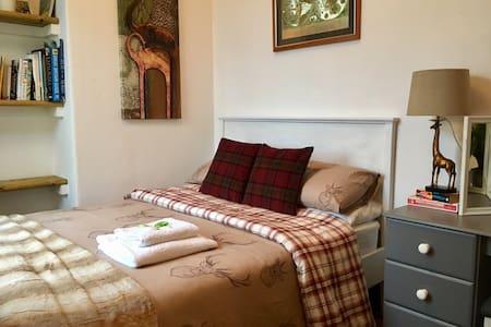 Cosy Double Room, Free Parking, Free Toiletries - Droylsden - 단독주택