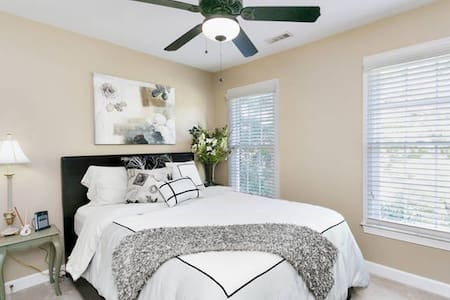 Quiet Classy Bedroom Retreat - Morrisville