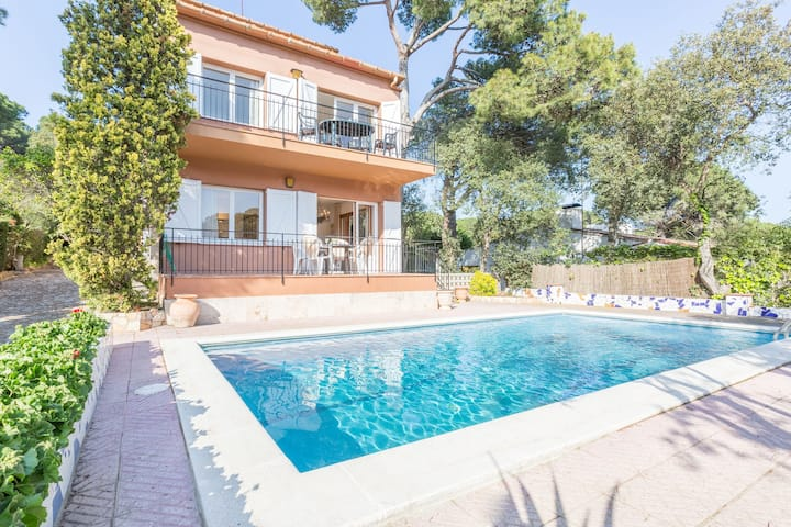 Simply furnished apartment with shared pool in Llafranc