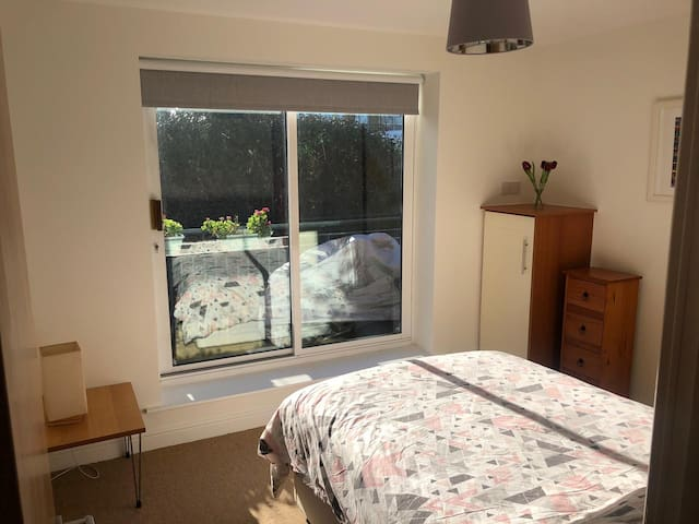 Private bedroom in Bracken Hill with Free Parking