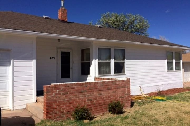 White Cottage Home - Cañon City - Hus