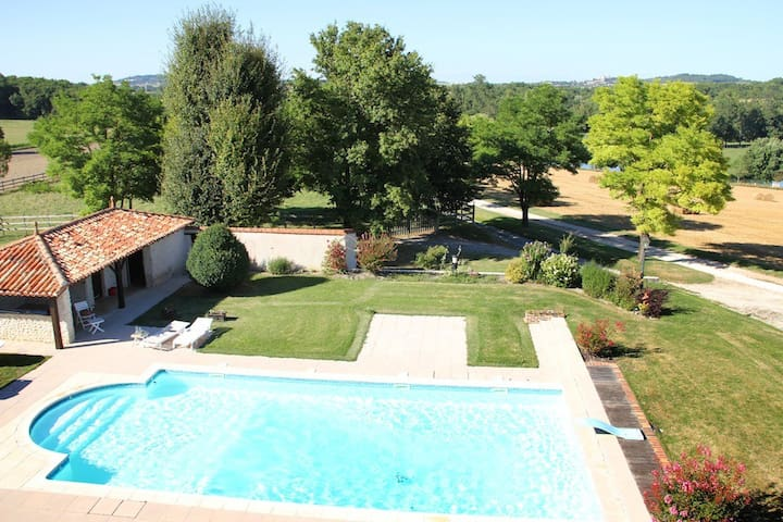Grand gite, piscine, tennis, étang - Ronsenac - House