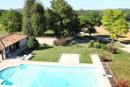 Grand gite, piscine, tennis, étang - Ronsenac