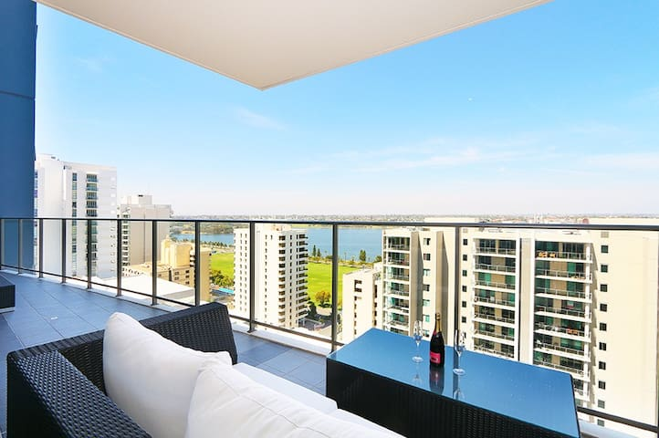 Luxury 2 Bed Apt with River Views & Amenities