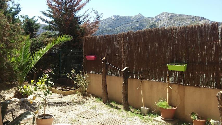 Au pied du massif des Calanques - Marsella - Pis