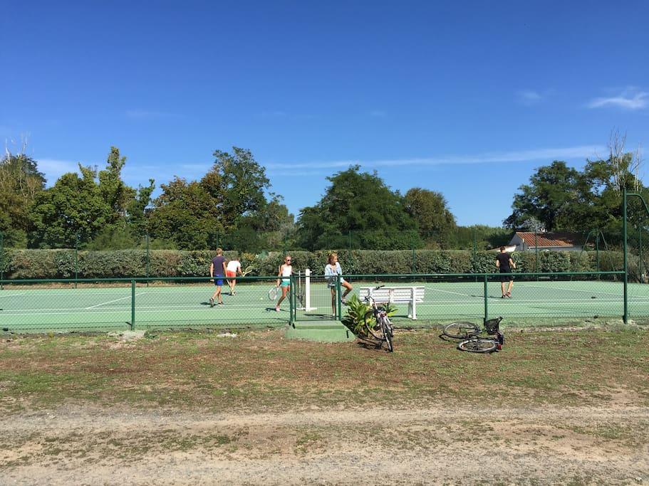 Terrain de tennis dans la pâture