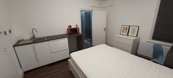 Town centre ensuite double room with kitchenette