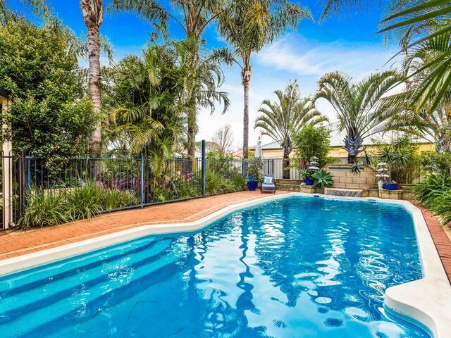 Resort Heated Pool Home Close to Fremantle / CBD