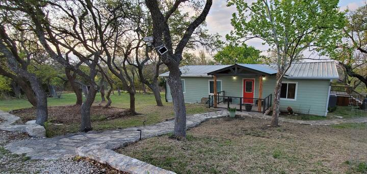 Quaint hillcountry home w/relaxing starlit nights!