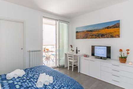 Bed And Breakfast Bianco e Blu - Camera matrimoniale con Bagno interno e prima colazione.