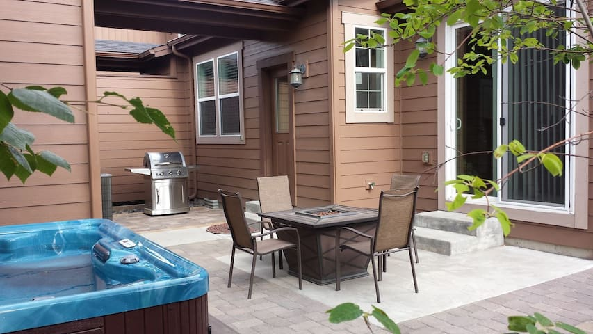 The Oasis - Private Hot Tub - Old Mill District, Steps to Shops, River, Dining