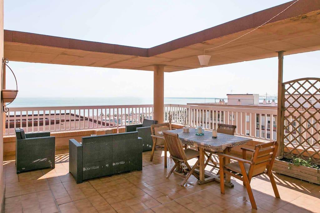 Espectacular terraza con vistas a la playa. Spectacular terrace overlooking the beach.