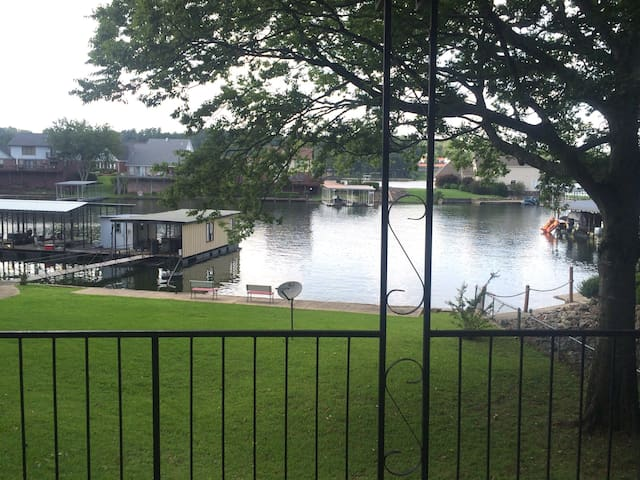 Lakefront w/ boat-slip & huge deck - ฮ็อทสปริงส์