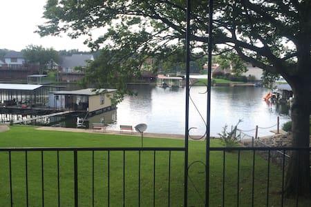 Lakefront w/ boat-slip & huge deck - Hot Springs - Huis