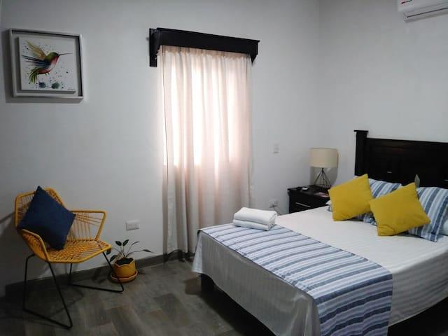 Habitación #4.- 1 cama matrimonial, baño privado, A/C y televisión por cable.