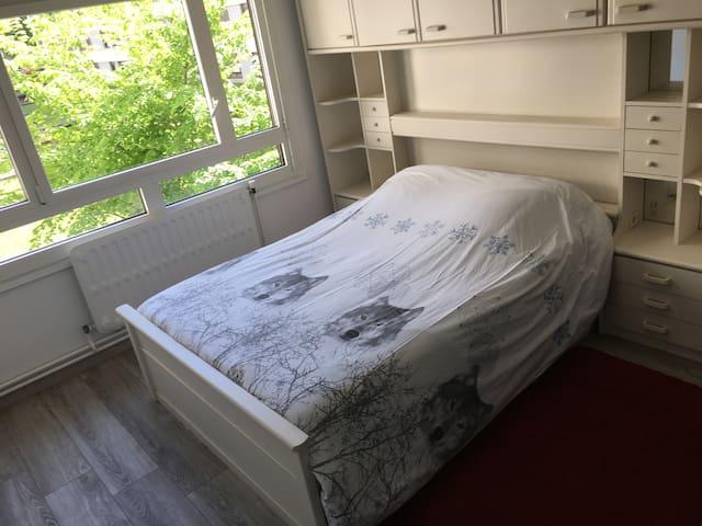 Chambre 3 avec bureau et rangements