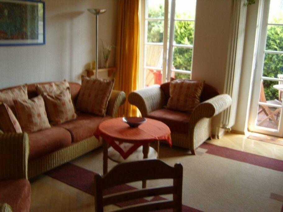 Wohnzimmer mit gemütlicher Rattangarnitur.