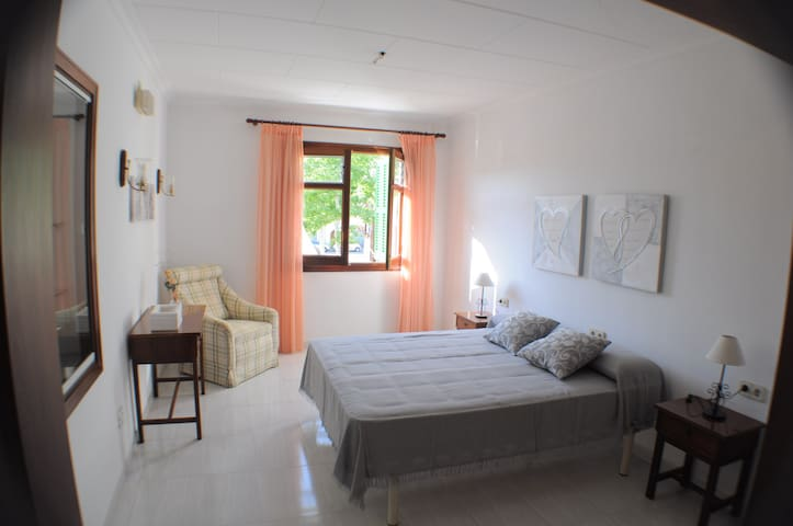 Large 3 bedroom flat 15 mins drive to beach - Sa Pobla - Apartamento