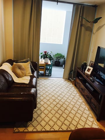 Cozy living. Beautiful leather lounge, large TV with Netflix.
