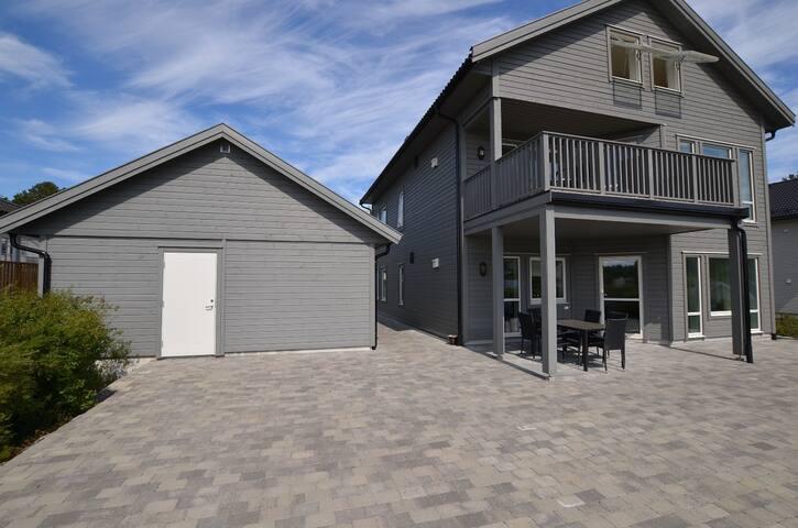 uteområdet som kan benyttes ved leie av 4-roms leilighet. 6-roms leiligheten over har to solrike verandaer foran og bak.