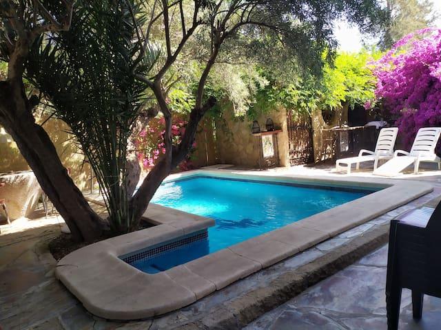 Apartamento con terraza, jacuzzi y piscina