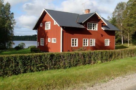 Large apartment in beautiful lakeside villa - Ludvika N - Lejlighed