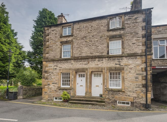 Kirkby Lonsdale Townhouse - 7 Queen's Square.