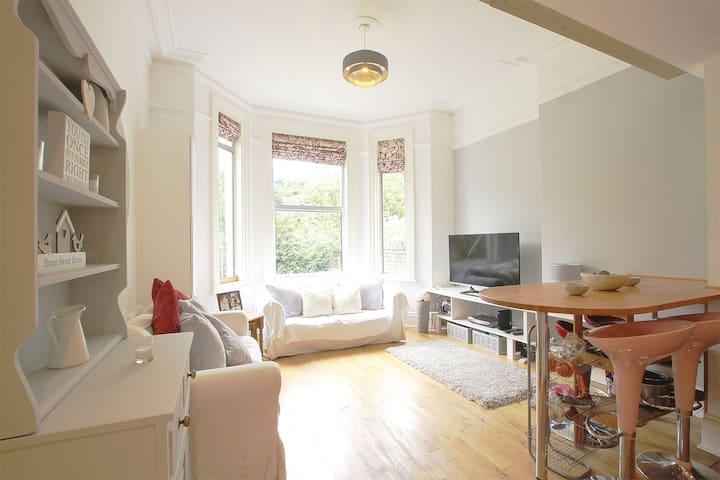 Bright, modern, warm one bedroom flat.