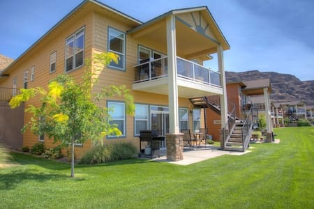 Unwind next to the Columbia River with Big Views!