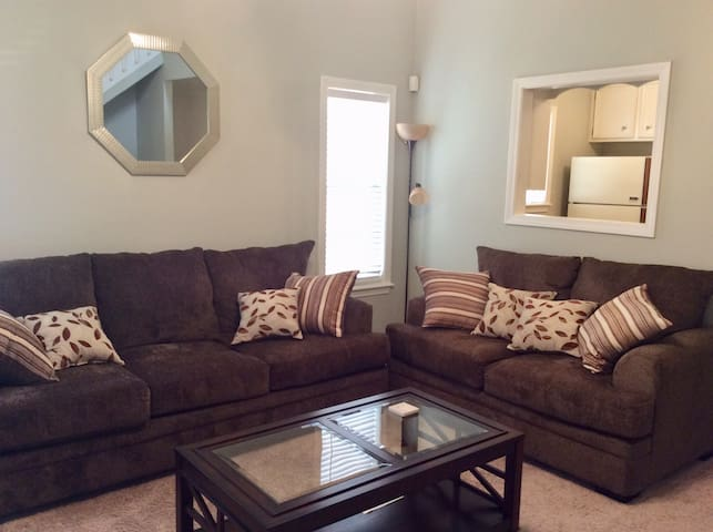 Luxurious Townhouse W/ WIFI, SANITIZED AND CLEAN!!