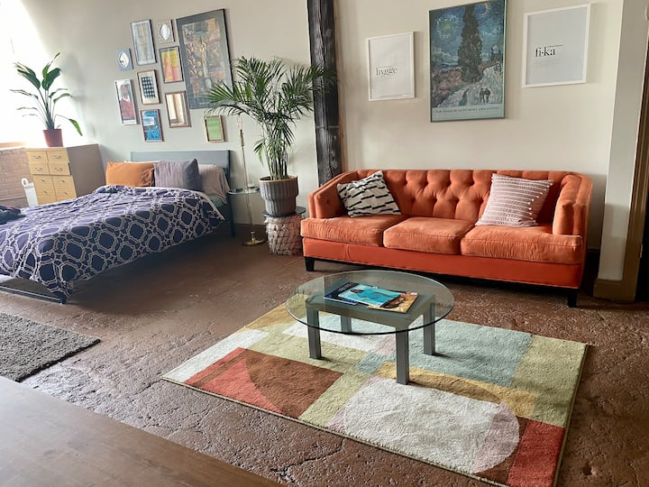 Urban Boho loft w/Canada bridge view near Downtown