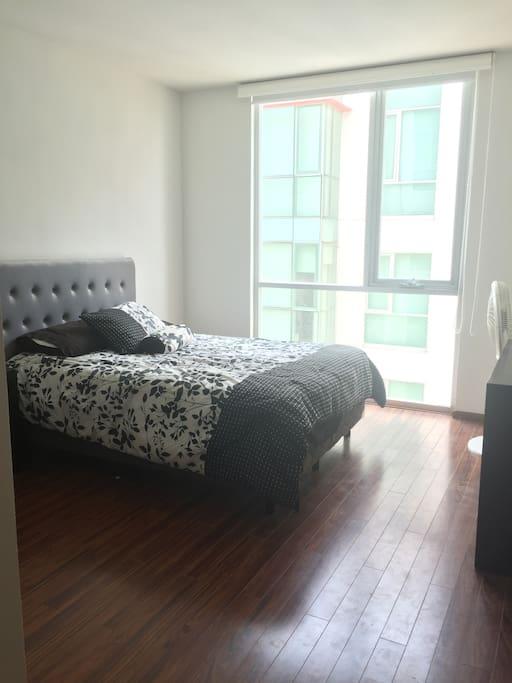 Cuarto con cama matrimonial , aire acondicionado,ventilador , escritorio , vestidor y baño personal.