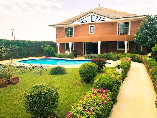 Spacieuse Villa avec piscine et  jardin exotique