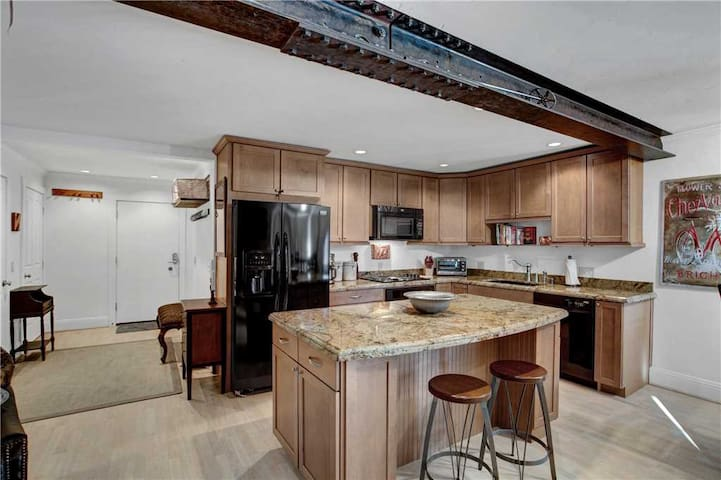 Stylish Snowmass Condo with Amenities & Easy Ski Access!