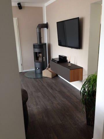 Moderne Wohnung mit Kamin&Terrasse - Eisenberg - Apartamento
