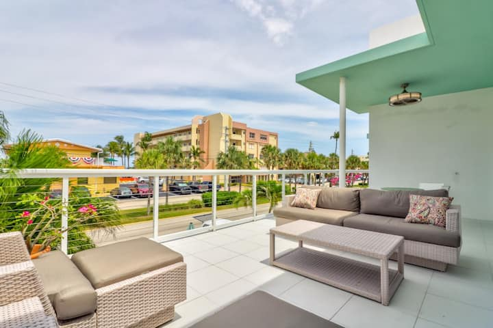 Ocean Balcony Condo shared pool/spa -Walk to Beach