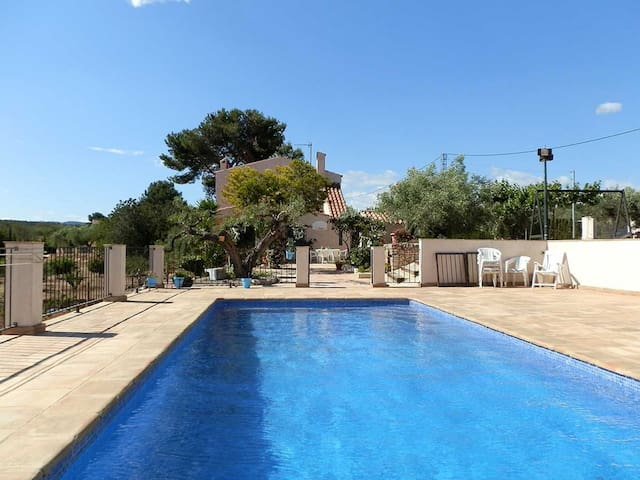 CASA VINYA DEL VENT, Ideal house for your holidays near the sea, free wifi, air conditioning, private pool, pets allowed, dog's beach.