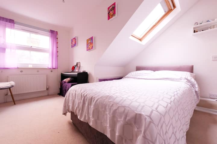 Private bedroom & bathroom 8min walk from RHU