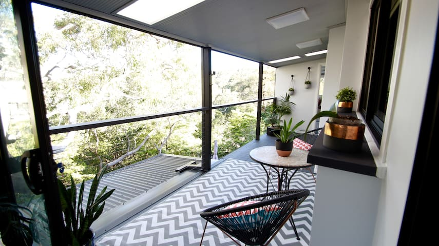 Scenic Tree Top Apartment - Kirrawee