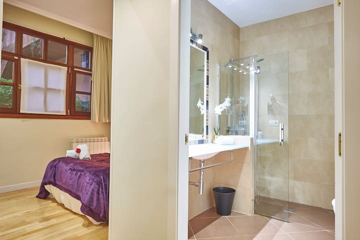 ROYAL PALACE - 3 BEDROOMS, 2 BATHROOMS - AWESOME